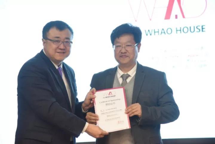 清华大学党委常委、副校长杨斌为天丰绿色装配集团总裁李旭禄颁发证书